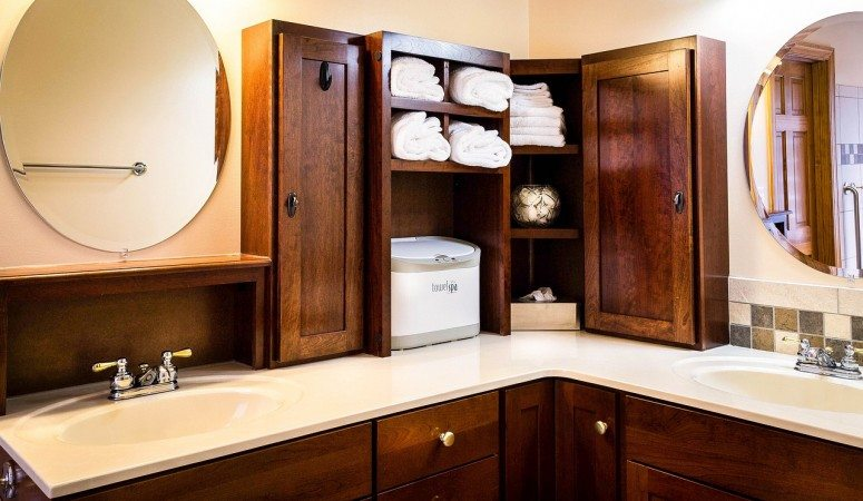 How to Optimize Bathroom Space to Store Towels, Jewelry, Makeup and More