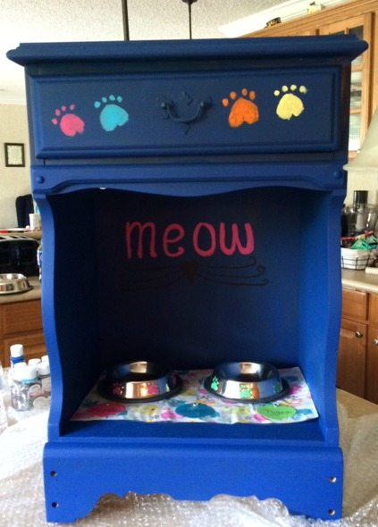 Meow cat feeding station